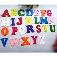 Holz Anhänger, Spritzlackierung, Buchstaben sind von A bis Z & gemischt, farbenfroh, 40mm, Bohrung:ca. 1.5mm, 1000PCs/Tasche, verkauft von Tasche